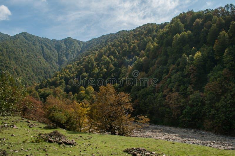 Όμορφο τοπίο στα βουνά με τον ήλιο στην αυγή Βουνά στο χρόνο ηλιοβασιλέματος Βουνά του Αζερμπαϊτζάν Καύκασος Κανένας στοκ εικόνα με δικαίωμα ελεύθερης χρήσης