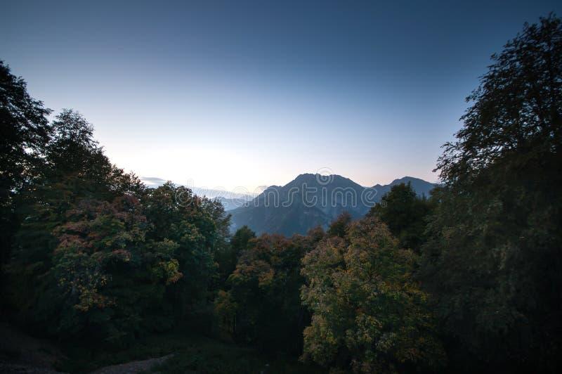 Όμορφο τοπίο στα βουνά με τον ήλιο στην αυγή Βουνά στο χρόνο ηλιοβασιλέματος Βουνά του Αζερμπαϊτζάν Καύκασος Κανένας στοκ φωτογραφία με δικαίωμα ελεύθερης χρήσης