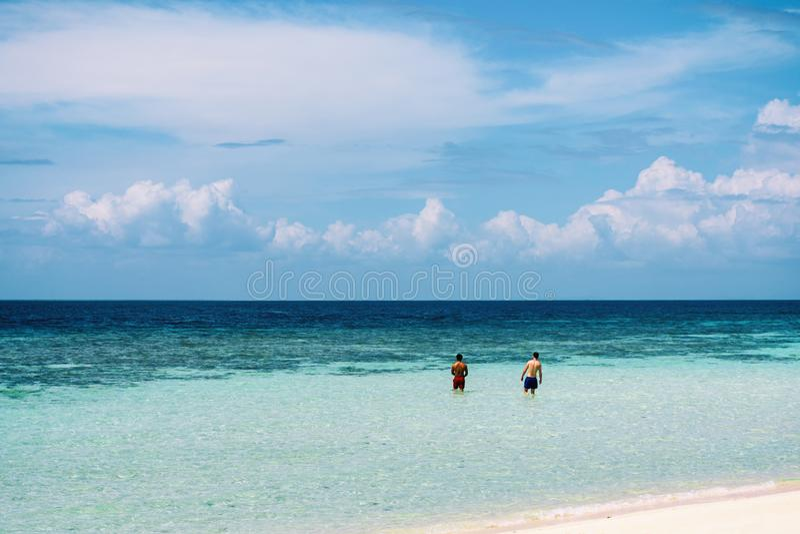 Όμορφο τοπίο στην παραλία στο νησί Sibuan, ένα από τα νησιά Tun Semporna στο θαλάσσιο πάρκο Sakaran στοκ φωτογραφία