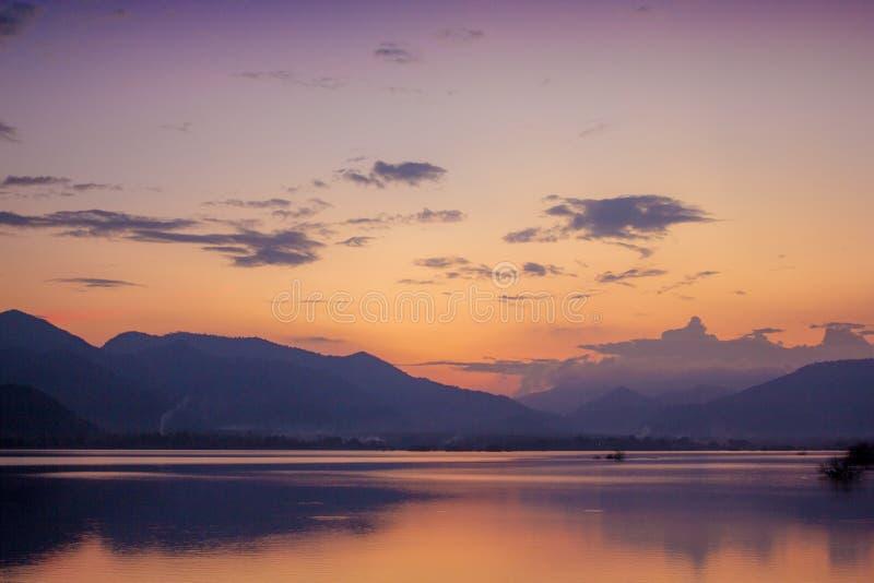 Όμορφο τοπίο της άποψης λιμνών βραδιού στοκ εικόνες