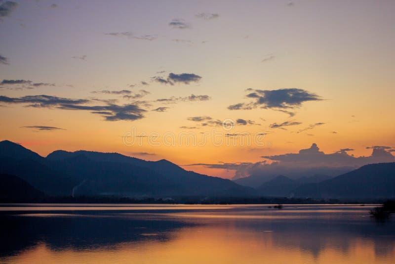Όμορφο τοπίο της άποψης λιμνών βραδιού στοκ εικόνα
