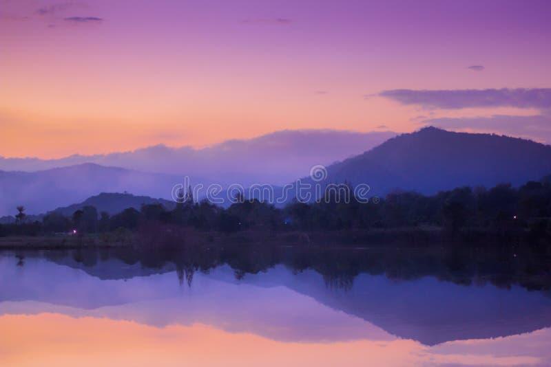 Όμορφο τοπίο της άποψης λιμνών βραδιού στοκ φωτογραφία