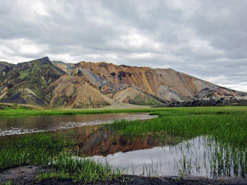 Όμορφο τοπίο της γεωθερμικής περιοχής Landmannalaugar με τον ποταμό, τον πράσινους τομέα χλόης και rhyolite τα βουνά, Ισλανδία στοκ φωτογραφίες με δικαίωμα ελεύθερης χρήσης