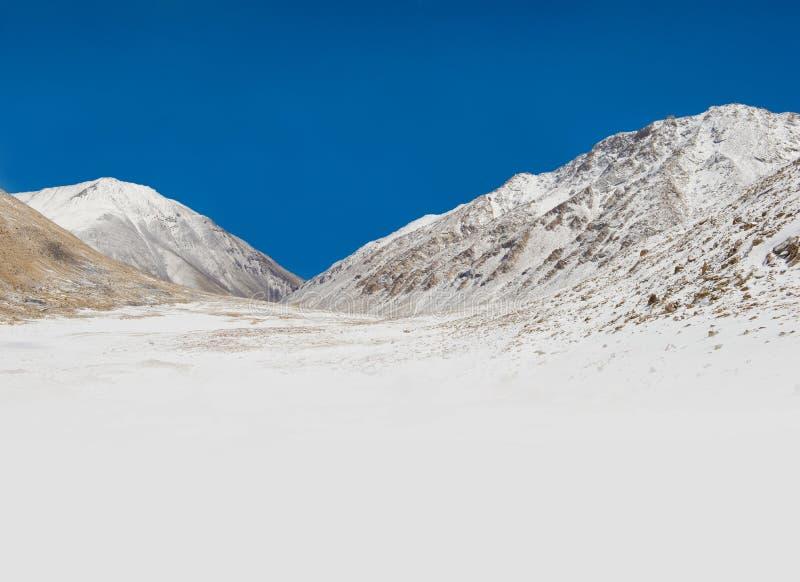 Όμορφο τοπίο του βουνού με το χιόνι στοκ φωτογραφίες με δικαίωμα ελεύθερης χρήσης