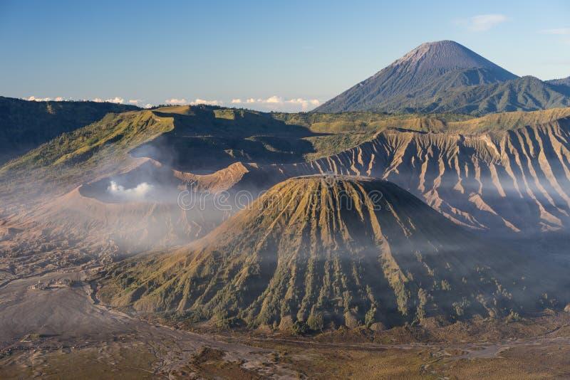 Όμορφο τοπίο του ενεργού βουνού ηφαιστείων Bromo στην Ιάβα, μέσα στοκ φωτογραφία
