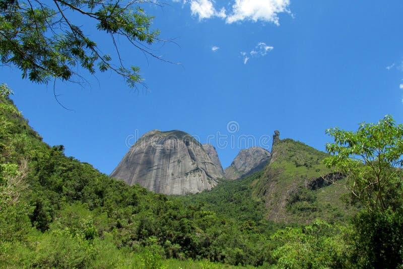 Όμορφο τοπίο του πράσινου λόφου και του ομαλού βράχου στοκ εικόνες