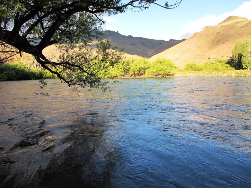 Όμορφο τοπίο των βουνών, των δέντρων και συνήθως των λιμνών στο SAN Martin de Los Άνδεις, Αργεντινή στοκ εικόνες