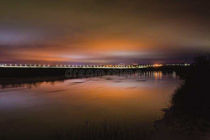 Όμορφο τοπίο χειμερινής νύχτας με τον ποταμό και την οδό lihgts στοκ εικόνα με δικαίωμα ελεύθερης χρήσης