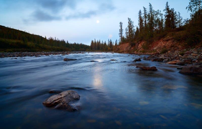 Όμορφο τοπίων αυγής βουνών νερού ποταμού φεγγάρι έκθεσης κινηματογραφήσεων σε πρώτο πλάνο μακρύ στοκ εικόνες με δικαίωμα ελεύθερης χρήσης