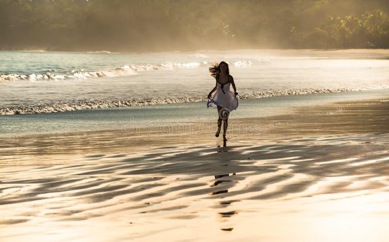 Όμορφο τρέξιμο σε μια παραλία στοκ φωτογραφία με δικαίωμα ελεύθερης χρήσης