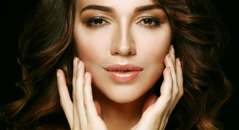 Όμορφο τρίχας υγιές δέρμα brunette γυναικών μακρύ hairsstyle στοκ φωτογραφία
