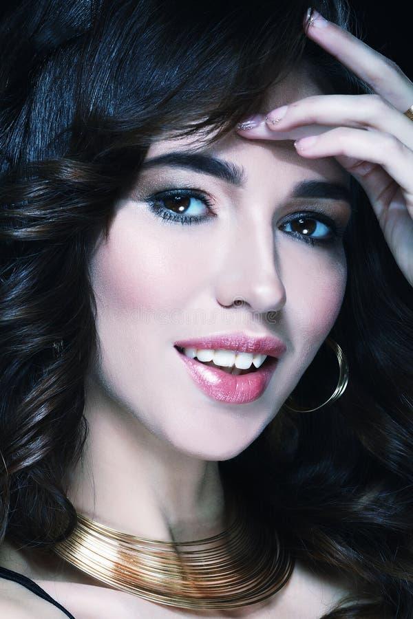 Όμορφο τρίχας υγιές δέρμα brunette γυναικών μακρύ hairsstyle στοκ εικόνες