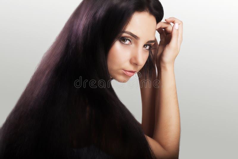 όμορφο τρίχωμα Νέο κορίτσι με όμορφο σκοτεινό μακρυμάλλη Καλά-καλλωπισμένος hairstyle nailfile καρφιά ομορφιάς που γυαλίζουν το σ στοκ εικόνες
