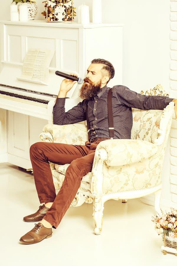 Όμορφο τραγούδι ατόμων στην πολυθρόνα στοκ εικόνα με δικαίωμα ελεύθερης χρήσης