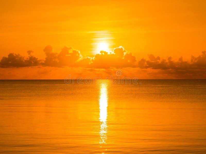 Όμορφο τροπικό ωκεάνιο τοπίο παραλιών και θάλασσας με το σύννεφο και στοκ εικόνα με δικαίωμα ελεύθερης χρήσης