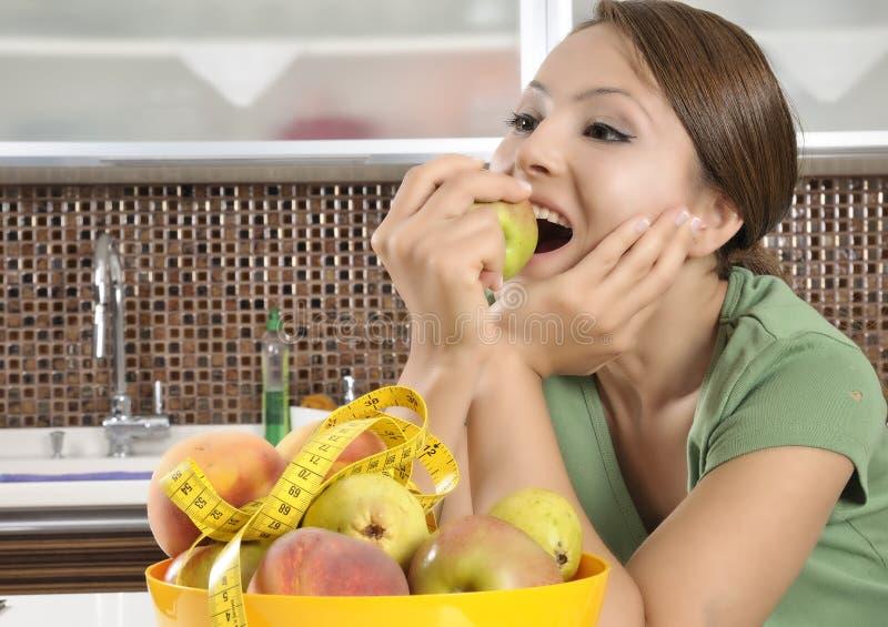 όμορφο τρώγοντας κορίτσι &mu στοκ εικόνες