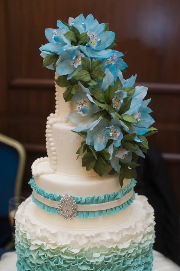 Όμορφο τυρκουάζ τρεις-τοποθετημένο στη σειρά γαμήλιο κέικ στοκ φωτογραφία με δικαίωμα ελεύθερης χρήσης