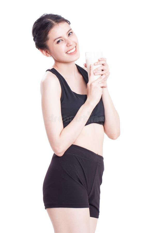 Όμορφο υγιές ποτήρι εκμετάλλευσης γυναικών του γάλακτος στοκ φωτογραφία με δικαίωμα ελεύθερης χρήσης