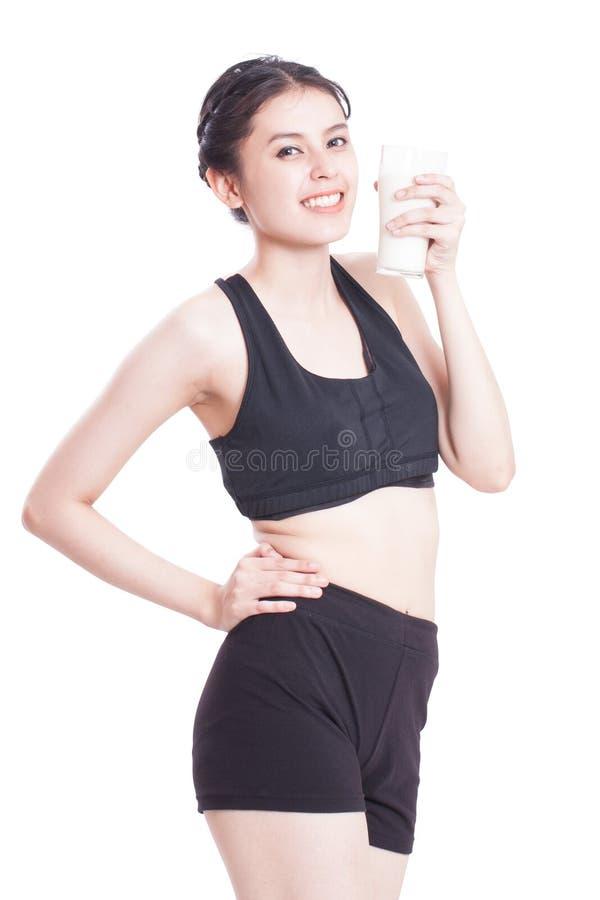 Όμορφο υγιές ποτήρι εκμετάλλευσης γυναικών του γάλακτος στοκ φωτογραφία