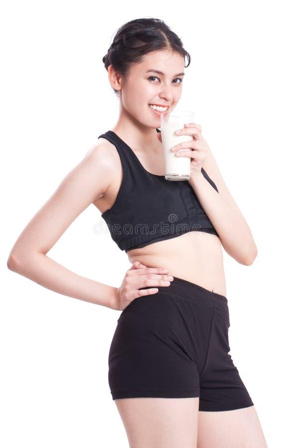 Όμορφο υγιές ποτήρι εκμετάλλευσης γυναικών του γάλακτος στοκ φωτογραφίες με δικαίωμα ελεύθερης χρήσης
