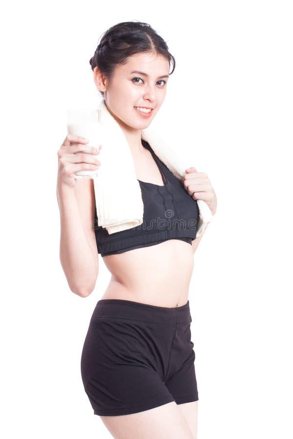 Όμορφο υγιές ποτήρι εκμετάλλευσης γυναικών του γάλακτος στοκ εικόνες