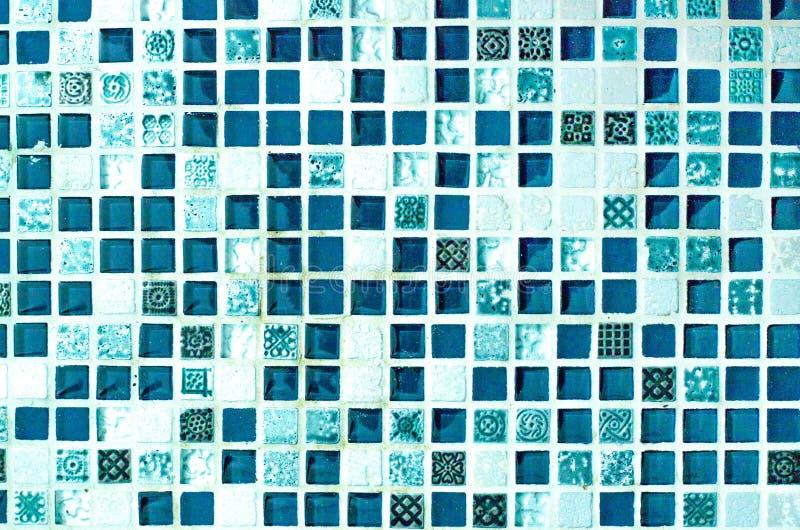 Όμορφο υπόβαθρο από ένα μικρό μωσαϊκό κεραμιδιών του μπλε χρώματος στοκ εικόνα