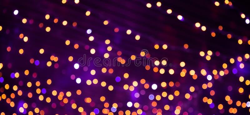 Όμορφο υπόβαθρο με τα φωτεινά πορφυρά, κίτρινα, πορτοκαλιά και κόκκινα φω'τα bokeh Πολύχρωμη σύσταση διακοπών Ζωηρόχρωμο σκηνικό  στοκ φωτογραφίες