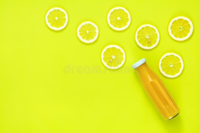 Όμορφο υπόβαθρο τέχνης τροφίμων με το χυμό και τα φρούτα στοκ φωτογραφία