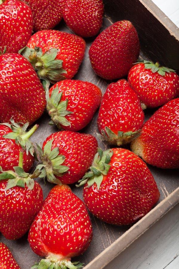 Όμορφο υπόβαθρο φραουλών, εύγευστα φρούτα στο κιβώτιο στοκ φωτογραφίες με δικαίωμα ελεύθερης χρήσης
