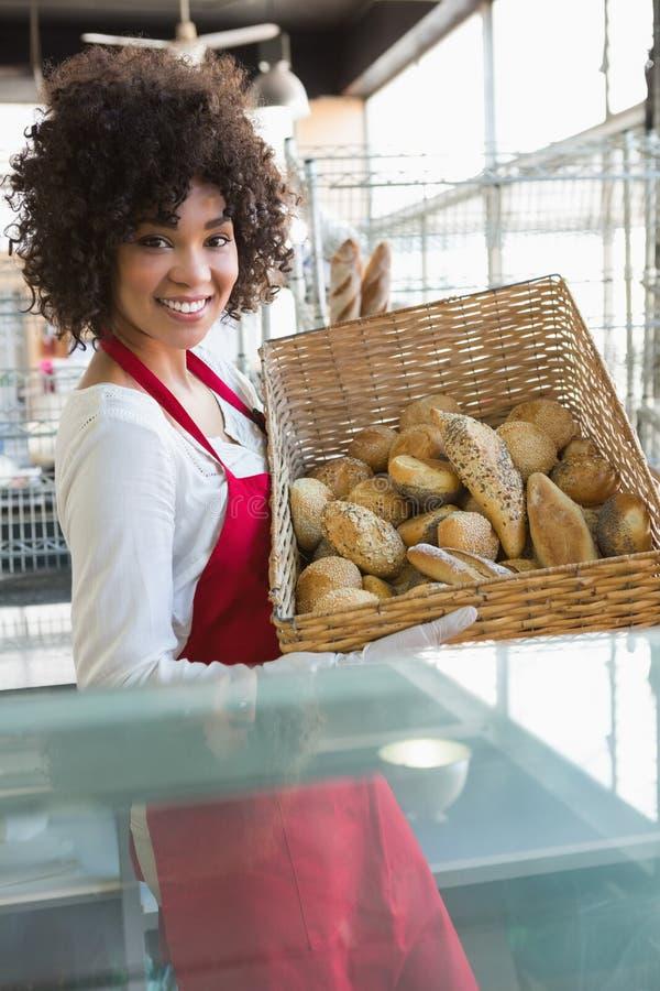 Όμορφο φέρνοντας καλάθι σερβιτορών του ψωμιού στοκ φωτογραφία με δικαίωμα ελεύθερης χρήσης