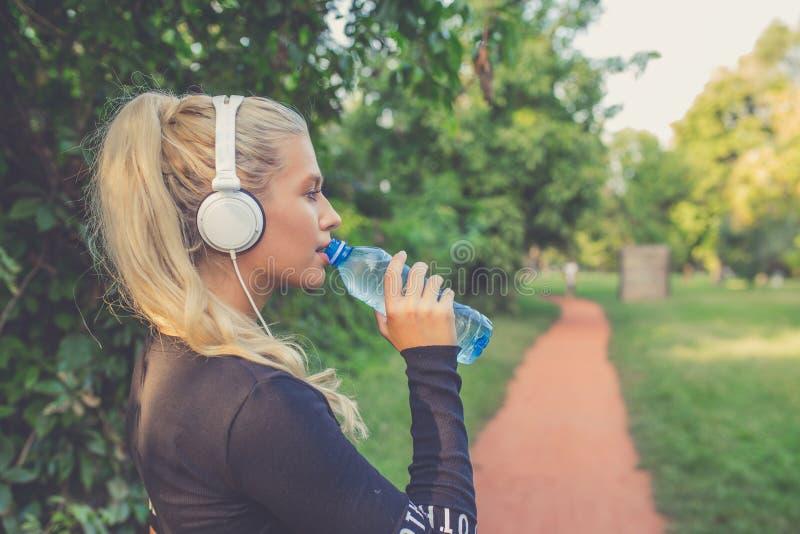 Όμορφο φίλαθλο πόσιμο νερό γυναικών στοκ εικόνες