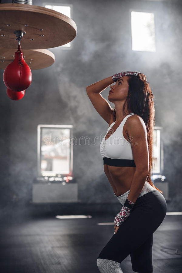 Όμορφο φίλαθλο κορίτσι brunette στην αθλητική ομοιόμορφη τοποθέτηση στη γυμναστική στοκ φωτογραφία με δικαίωμα ελεύθερης χρήσης