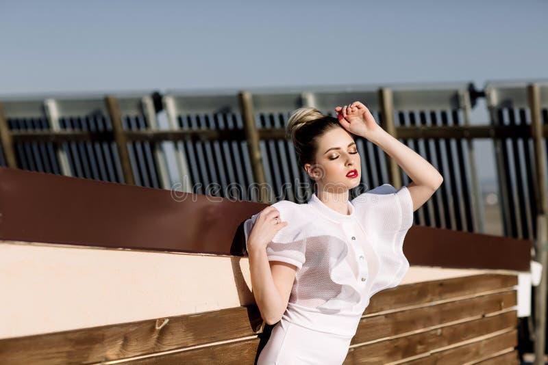 Όμορφο φαινομενικό ζαλίζοντας κομψό προκλητικό ξανθό πρότυπο με το τέλειο ερωτικό κοστούμι σωμάτων στοκ εικόνες