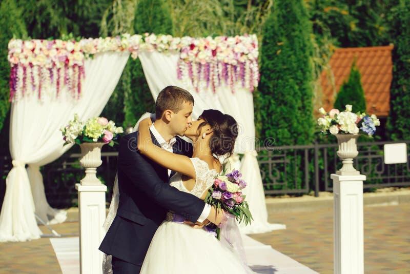 Όμορφο φιλί νυφών και νεόνυμφων στοκ φωτογραφία με δικαίωμα ελεύθερης χρήσης