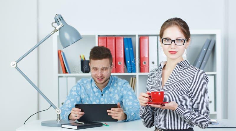 Όμορφο φλυτζάνι εκμετάλλευσης επιχειρησιακών γυναικών του coffe και της εξέτασης τη κάμερα Νέοι συνέταιροι που συζητούν τις ιδέες στοκ εικόνα με δικαίωμα ελεύθερης χρήσης