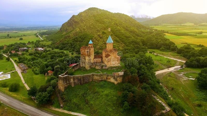Όμορφο φρούριο Gremi στον πράσινο λόφο, τουρισμός επίσκεψης στη Γεωργία, φύση στοκ εικόνες