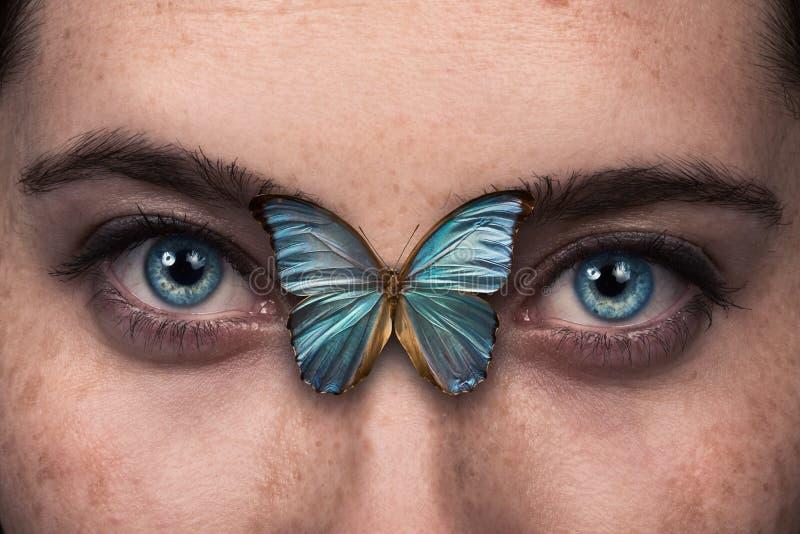 Όμορφο φτερό πεταλούδων πνεύματος ματιών γυναικών στοκ εικόνες