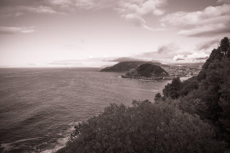 Όμορφο φυσικό seascape donostia με το κόκκινο φίλτρο, monte igueldo στοκ εικόνες