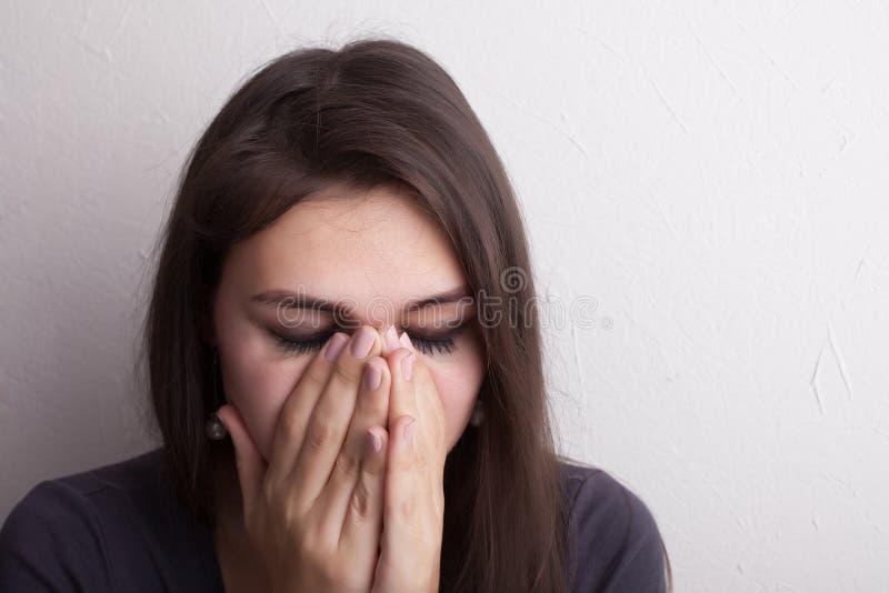 Όμορφο φωνάζοντας κορίτσι στοκ φωτογραφία