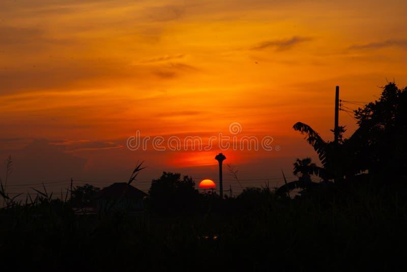 Όμορφο φως του ηλιοβασιλέματος πίσω από τα δέντρα στοκ φωτογραφία με δικαίωμα ελεύθερης χρήσης