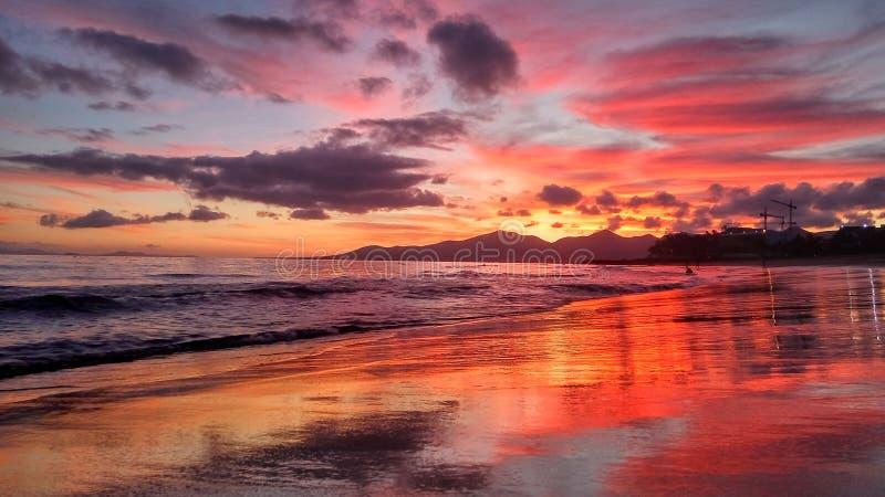 Όμορφο φωτεινό κόκκινο ηλιοβασίλεμα πέρα από τον Ατλαντικό Ωκεανό puerto del Carmen στο Κανάριο νησί Lanzarote στην Ισπανία στοκ εικόνες