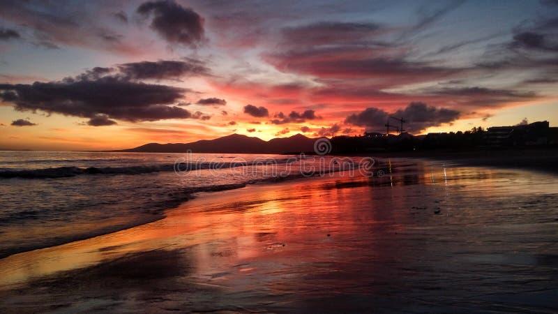 Όμορφο φωτεινό κόκκινο ηλιοβασίλεμα πέρα από τον Ατλαντικό Ωκεανό puerto del Carmen στο Κανάριο νησί Lanzarote στην Ισπανία στοκ φωτογραφία με δικαίωμα ελεύθερης χρήσης