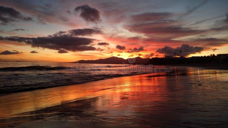 Όμορφο φωτεινό κόκκινο ηλιοβασίλεμα πέρα από τον Ατλαντικό Ωκεανό puerto del Carmen στο Κανάριο νησί Lanzarote στην Ισπανία στοκ εικόνα