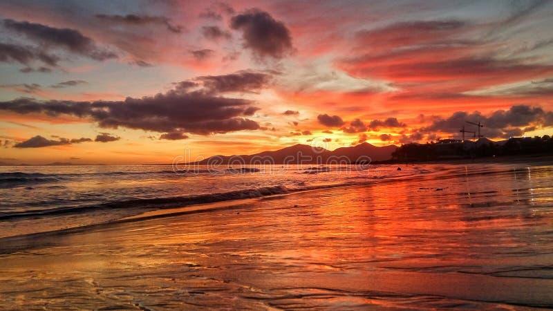 Όμορφο φωτεινό κόκκινο ηλιοβασίλεμα πέρα από τον Ατλαντικό Ωκεανό puerto del Carmen στο Κανάριο νησί Lanzarote στην Ισπανία στοκ εικόνες με δικαίωμα ελεύθερης χρήσης