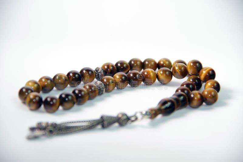 Όμορφο φωτεινό rosary, που χρησιμοποιεί ένα μουσουλμανικό άτομο στοκ φωτογραφία