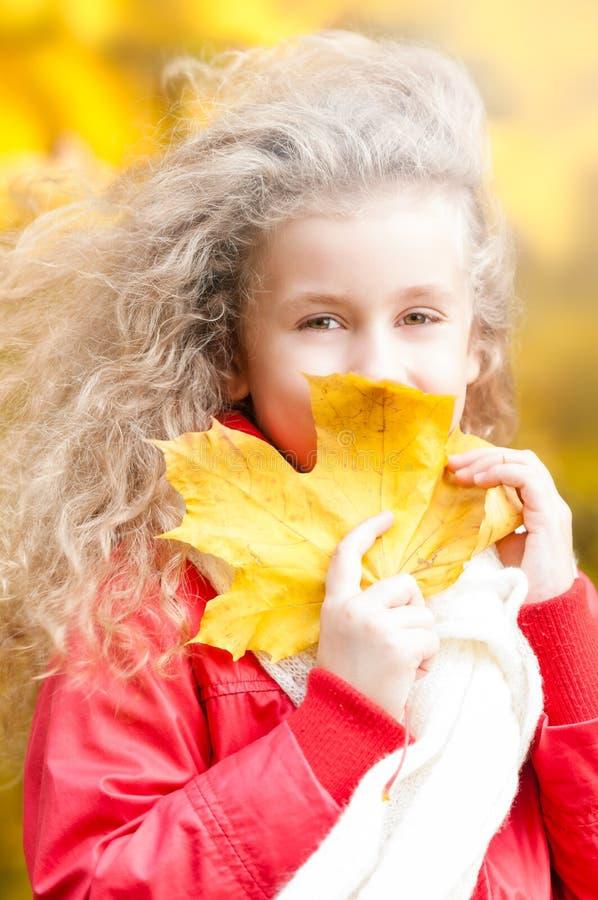 όμορφο φύλλο κοριτσιών λίγος σφένδαμνος στοκ φωτογραφία