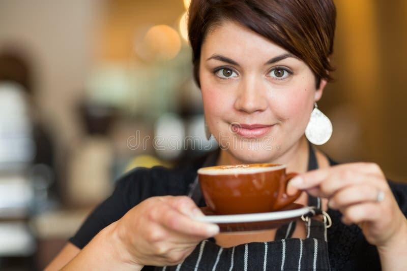 Όμορφο φλυτζάνι καφέ εκμετάλλευσης Barista στοκ εικόνες