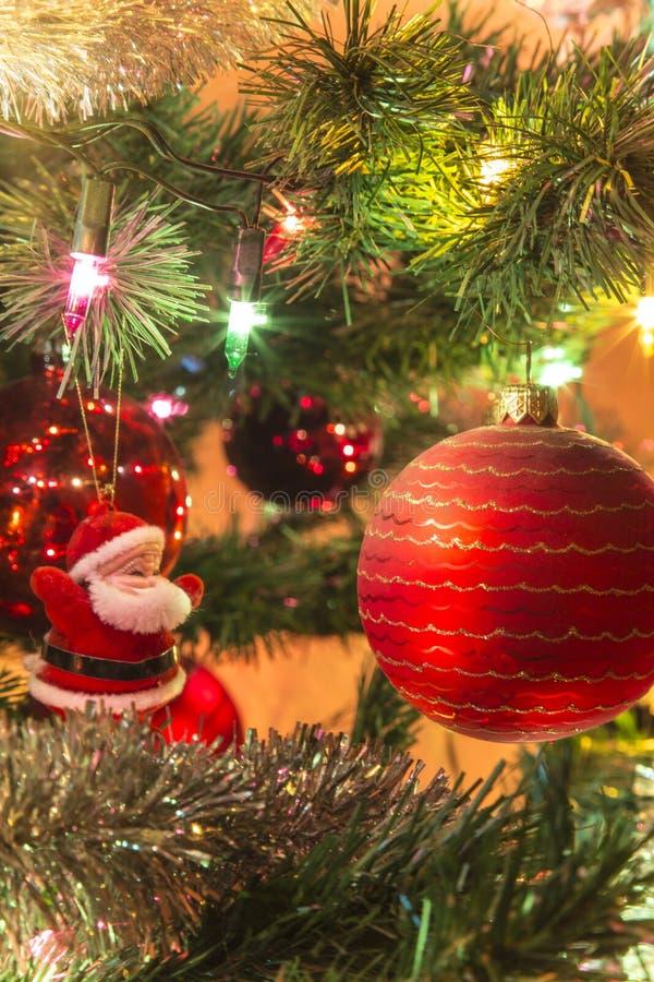 Όμορφο χέρι - γίνοντες σφαίρες γυαλιού στο χριστουγεννιάτικο δέντρο στοκ εικόνα