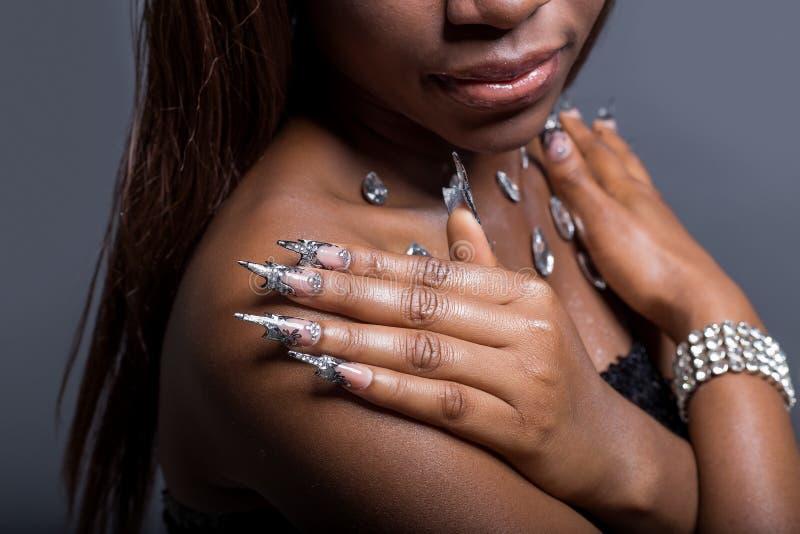 Όμορφο χέρι του κοριτσιού με το σκοτεινό εμβόλιο δερμάτων των ακρυλικών καρφιών με ασυνήθιστο fotmoy καρφιών στοκ εικόνες με δικαίωμα ελεύθερης χρήσης