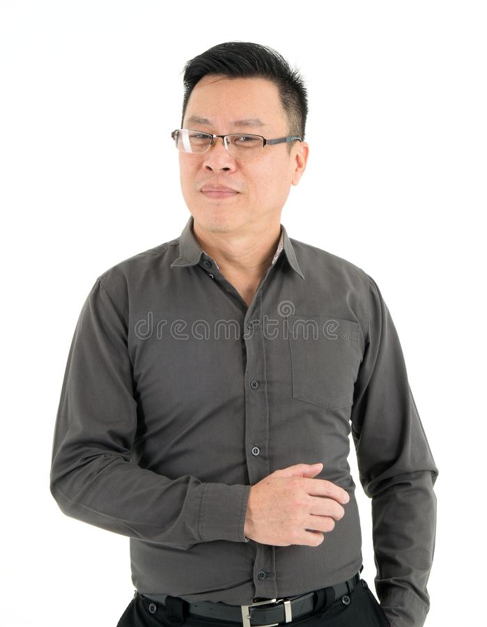 Όμορφο χαμογελώντας επιχειρησιακό άτομο στο σκοτεινό καφετί πουκάμισο, που απομονώνεται στο άσπρο υπόβαθρο στοκ φωτογραφία με δικαίωμα ελεύθερης χρήσης